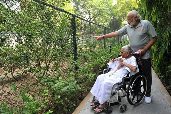 Indian Prime Minister Narendra Modi tweeted this photo of him with his mother on Sunday. PHOTO: NARENDRA MODI/TWITTER
